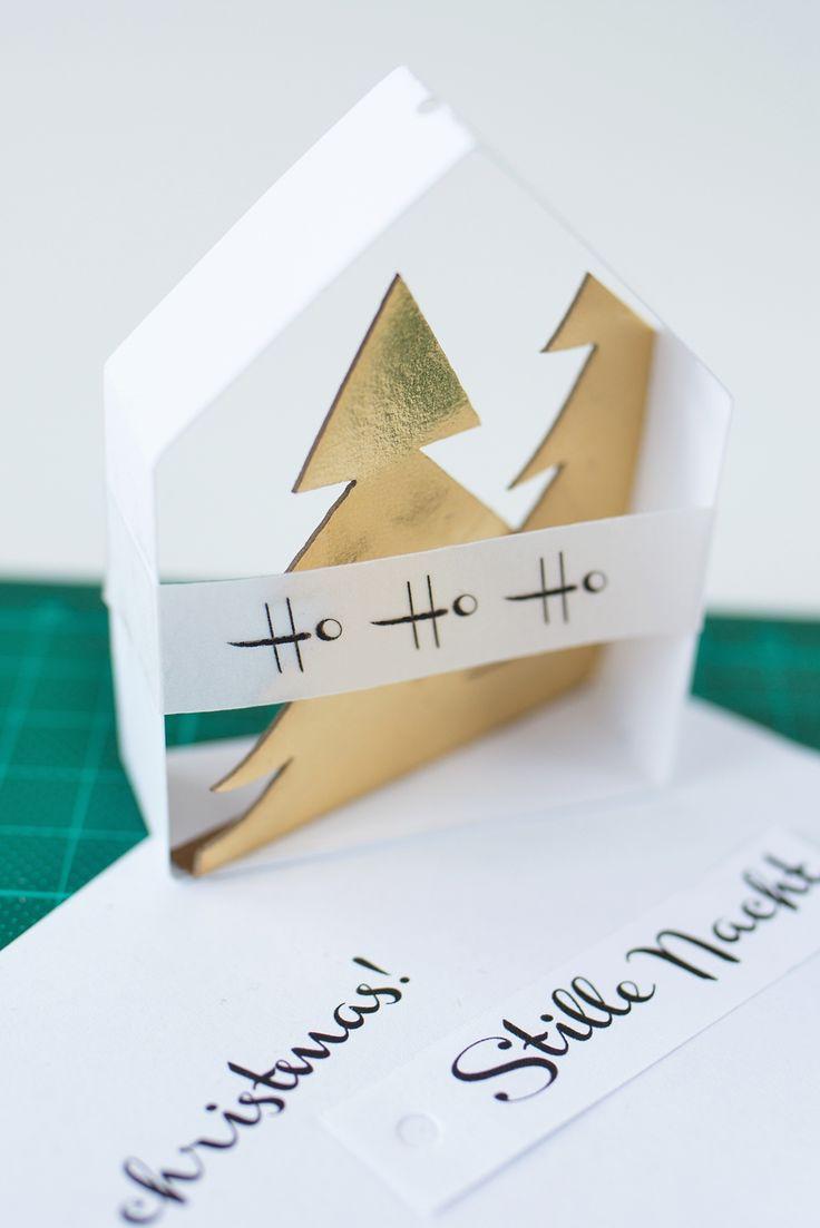 DIY Weihnachtsschmuck: zarte Papierhäuschen mit goldenen Tannen