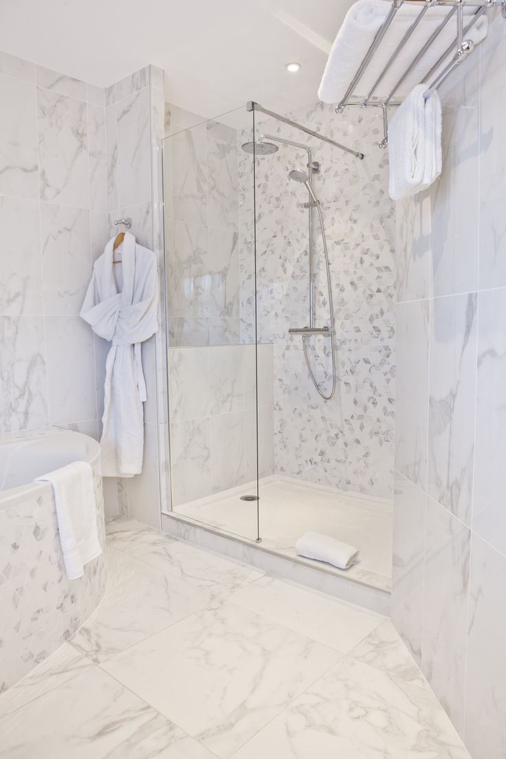 Studio chose our marble effect series to embellish the bathroom of all the  Suites. Photos by Fernando Aurélie