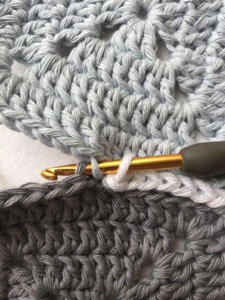 Wie man Granny Squares zusammenhäkelt.   #grannysquares #crochet #häkeln #joingrannys