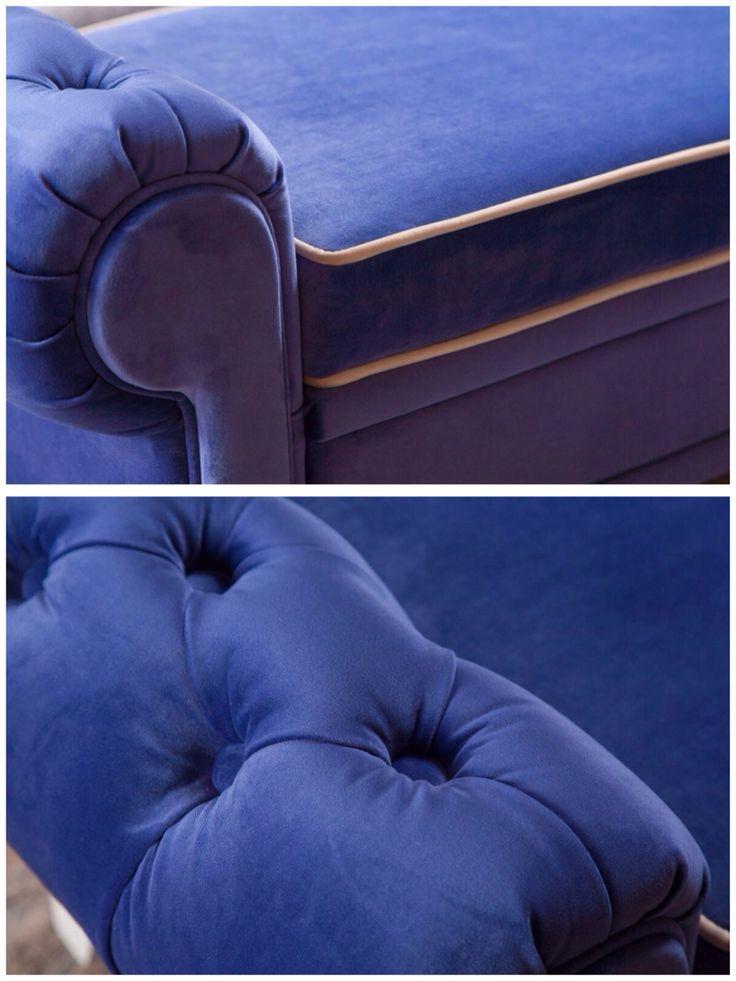 Банкетка сочного синего цвета с мягкими подлокотниками, выполненными в каретной стяжке