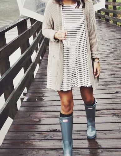 Really cute hunter boots outfit. Love it with the dress.