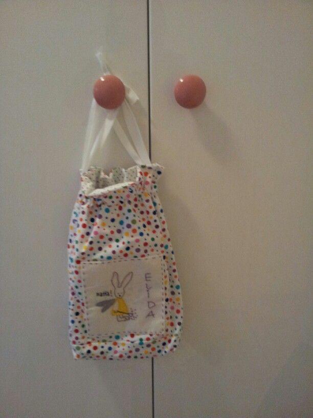 Fine knotter og pysjpose på jenterommet!