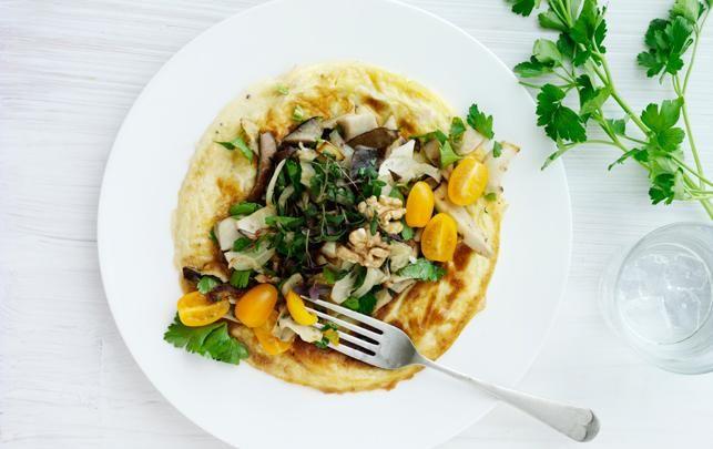 Omelet med skinke og grøn salat