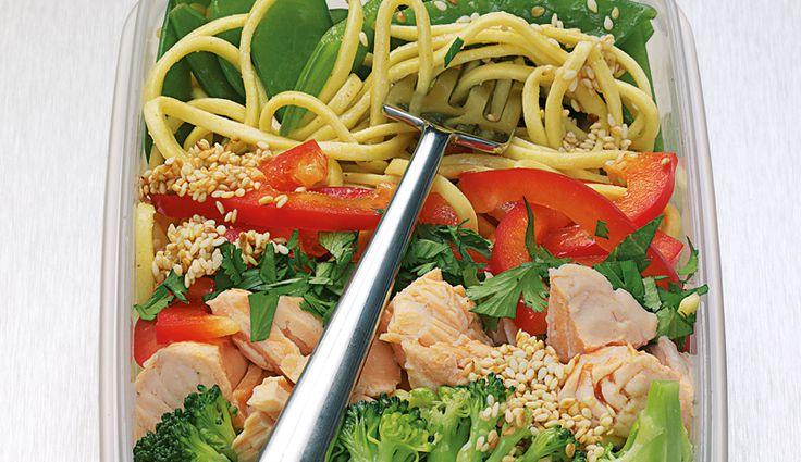 Lachs-Eiernudel-Salat