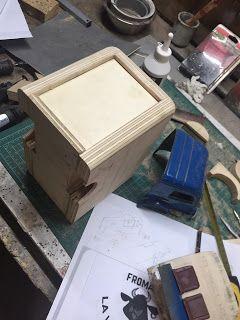 L'atelier de Christian, construction caisse frigorifique pour le Galion Renault dans le voyageur de Mésozoique de Spirou