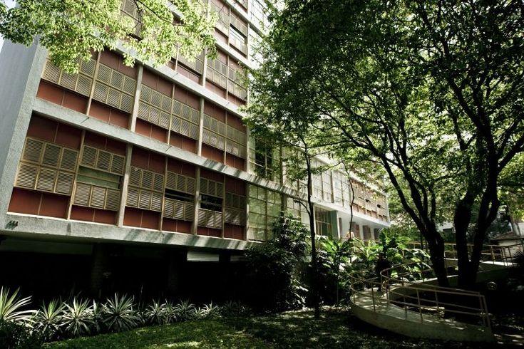 """Localizado no bairro de Higienópolis, o Edifício Louveira foi projetado na década de 1940 pelos arquitetos João Batista Vilanova Artigas e Carlos Cascaldi. Trata-se de uma das primeiras obras modernistas da cidade de São Paulo e destaca-se por suas janelas de tipo """"guilhotina"""" e pelas rampas coloridas que cortam seus jardins. Os 30 apartamentos têm cerca de 140 m², cada"""