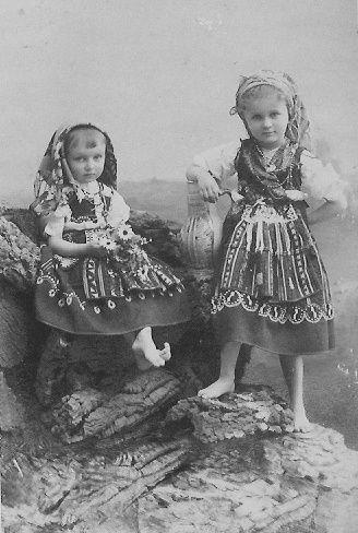 Infanta D.Maria Benedita de Portugal (1896–1971) e Infanta D.Isabel Maria de Portugal (1894–1970). Casa Real: Bragança Editorial: Real Lidador Portugal Autor: Rui Miguel