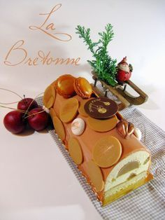 La Bretonne - #Bûche Noël 2014 - Un sablé breton, une mousse caramel, des pommes, un insert caramel. Riche et sucré sûrement mais très sympa !
