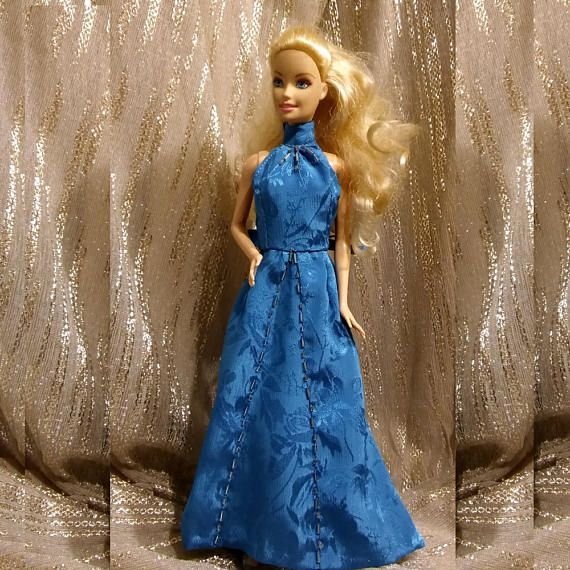 Abito azzurro in satin con fiori lucido/opaco e perline argento confezionato da Dollsbsartoria