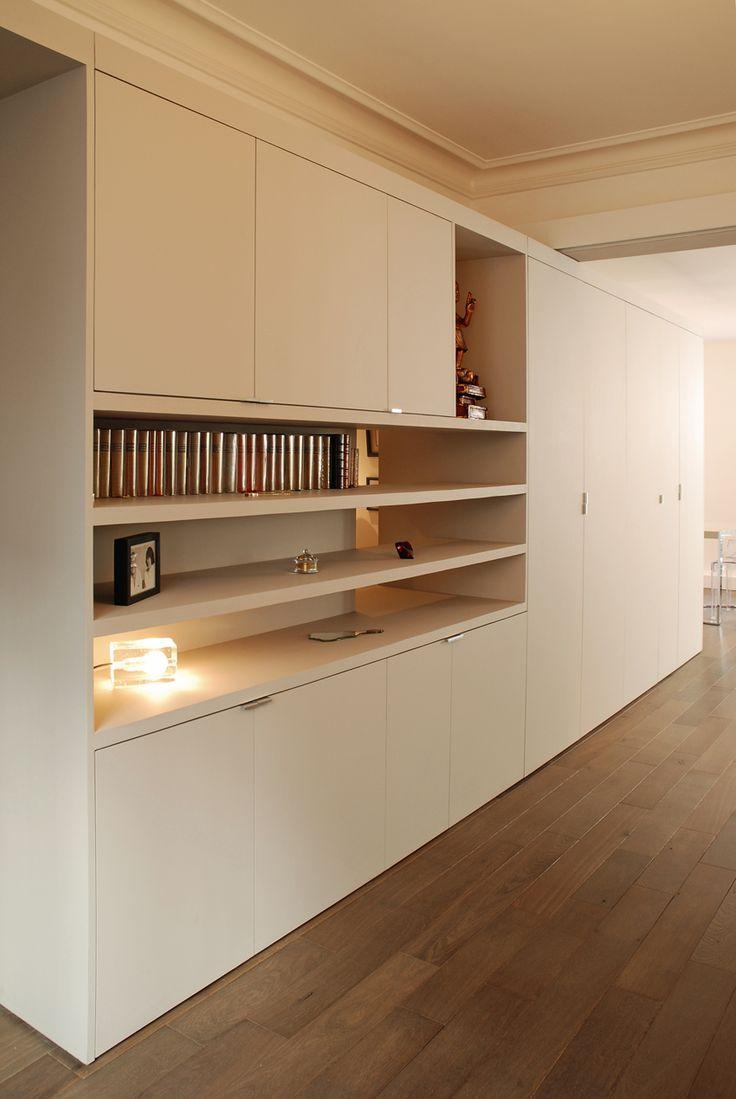 L'idée du projet de transformation architecturale était d'imaginer une séparation entre les pièces en gommant les murs porteurs. Le meuble ne va pas jusqu'au plafond pour mettre en valeur les moulures (le soir un éclairage indirect les éclaire). / ©Simon Vanquaethem