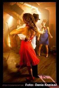 #Daniela #Kummer:  Manchmal stell ich mir die #Salsa vor wie ein #fesches #Mädel, #voller #Feuer und mit einem #riesengroßen #Herz, das sie #liebend #gern #verschenkt. Von Natur aus #sexy, #wild und #frei muss sie nun angepasst und overdressed dem #Mambo gehorchen, den man in sie hineinmanipulierte. Ja, die kleine Salsa wurde #vergewaltigt und #kastriert.