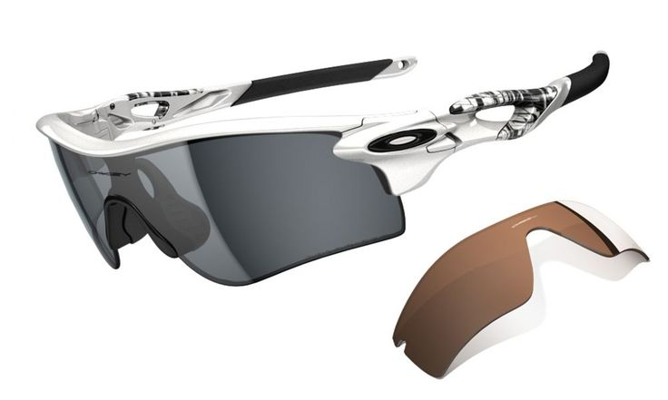 OAKLEY napszemüveg Radarlock Matte White/ Grey Polarized & Vr28 Black Iridium Path. Az Oakley napszemüveg lencse a saját fejlesztésű HDO - High Definition Optics® (Magasan meghatározott optika) technológiával készült, melyet a világ legnagyobb sportolói által támasztott követelmények alapján fejlesztettek ki. Átlátszósági-, prizma- és fénytörési összehasonlító tesztek igazolják, hogy a HDO lencsén keresztül sokkal pontosabban és élesebben látunk, mint a hagyományos napszemüvegek OLVASS…