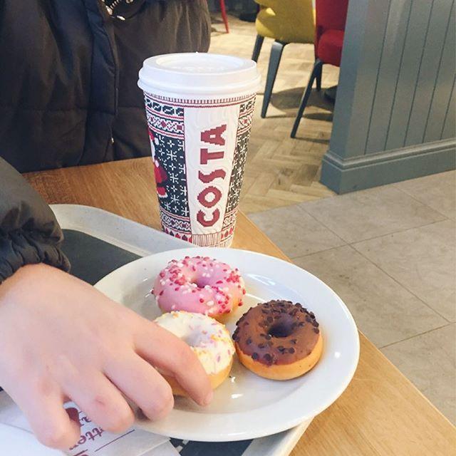 dobrůtky za vysvědčení 🍩. Minidonuty nejen krásně vypadají, ale i luxusně chutnají 👌🏼👌🏼 #instafood #food #donuts #costacoffee #yummy #instadaily #instagood #instadaily