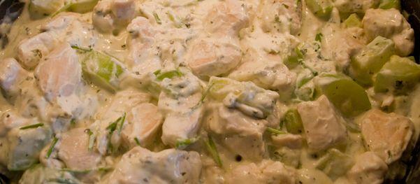 Stap 1 Snij de kip in blokjes en bak ze in een pan. Kruid met peper en zout. Stap 2 Snij vervolgens de courgette in blokjes en bak ze in dezelfde pan. Stap 3 Wanneer alles gaar is, voeg je de kruid...
