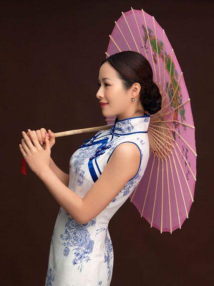Cheongsam merupakan pakaian tradisional Tionghoa yang memiliki siluet pas di badan dengan ukuran panjang hingga sebatas mata kaki, bagian betis atau sebatas lutut.