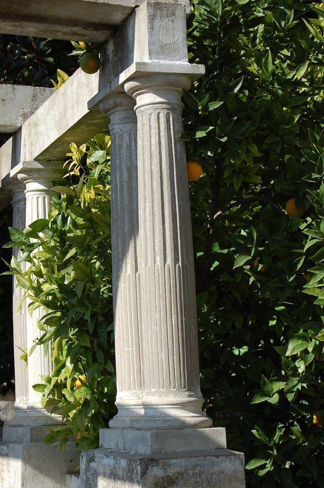 Pisando el lunes, nos asomamos a la pérgola, en los #jardines bajos del carmen de la #Fundación, ¿sabías qué estas columnas pareadas están realizadas en piedra artificial?