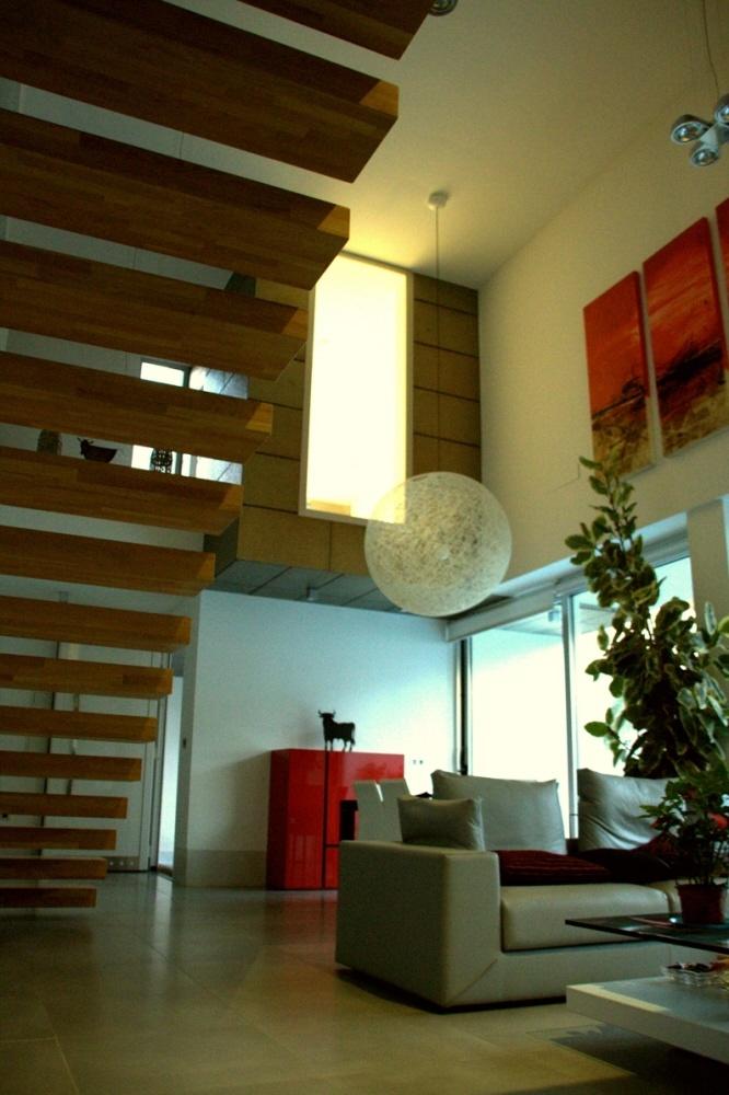 #Decoracion #Moderno #Sala de estar #Escalera #Accesorios #Comodas #Lamparas #Plantas #Sofas #Peldaños
