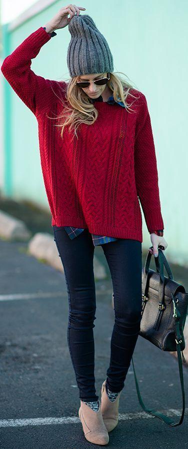 Acheter la tenue sur Lookastic:  https://lookastic.fr/mode-femme/tenues/pull-torsade-chemise-de-ville-jean-skinny-bottines-cartable-bonnet-chaussettes-lunettes-de-soleil/4845  — Bonnet gris  — Lunettes de soleil noires  — Pull torsadé rouge  — Chemise de ville écossaise bleue marine  — Cartable en cuir brun foncé  — Jean skinny bleu marine  — Chaussettes grises  — Bottines en daim beiges