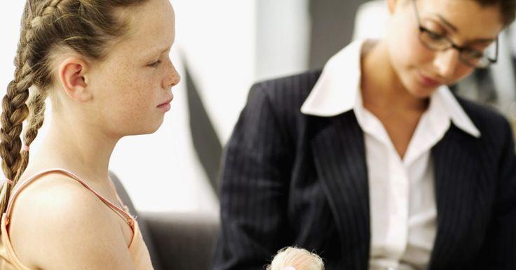 ¿Cuánto ganan los psiquiatras?. Los psiquiatras son médicos que tratan a pacientes con problemas mentales usando medicamentos y psicoterapia. Un psiquiatra debe atravesar el mismo entrenamiento y escuela médica que un médico tradicional. El salario promedio de un psiquiatra es entre US$123,521 y US$194,657, según PayScale.