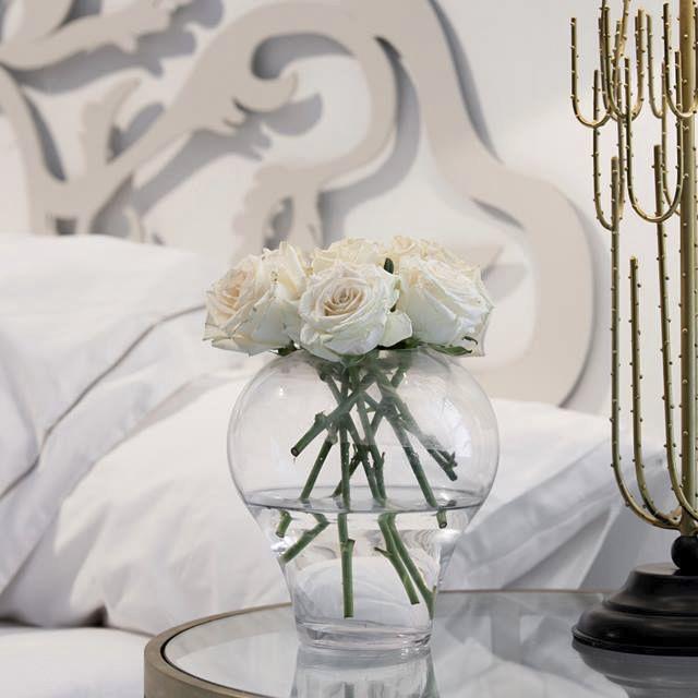 ¿Este año te toca resfriado común o gripazo? Por si acaso te toca quedarte en cama... ve dejando caer que hay detallitos que animan y curan :). #resfriado #gripe #flores #mesilla #cama #dormitorio   http://elmercadodemaria.com/comprar-jarrones-floreros/
