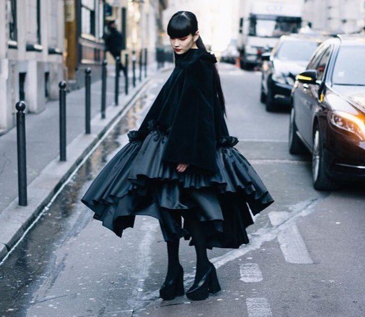 秋元梢さんはInstagramを利用しています:「⚫️COMME des GARÇONS⚫️ 黒の中でも素材や動きで全く表情が変わる事、袖を通す事で洋服が輝く事を教えてくれた。 これは動の瞬間▶️ #commedesgarcons」