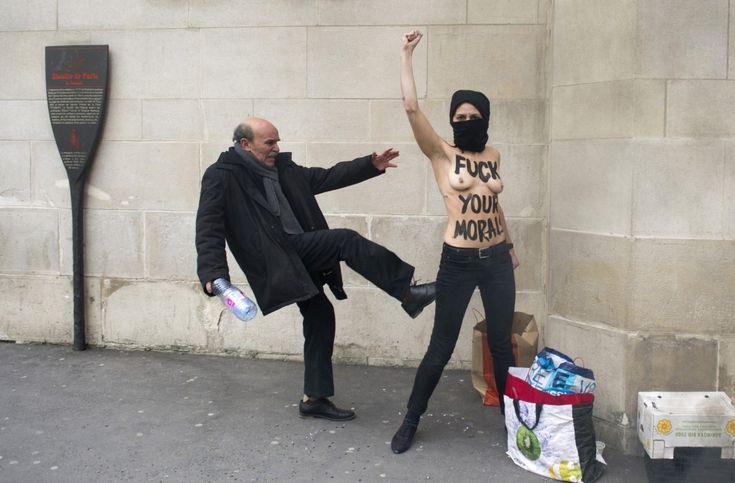 Francia, Parigi: un uomo colpisce con un calcio una attivista Femen durante una protesta contro l'islamismo (afp)