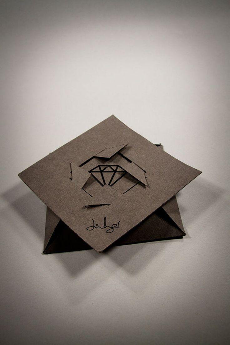 Дизайнер изРейкьявика Jón Ingi Einarsson создал дизайн ожерелья, которому дал название Bling, иразработал кнему оригинальную упаковку изтонкого картона илискорее изплотной бумаги. Упаковка дляожерелья Bling представляет изсебя коробку особой конструкции, этодва квадрата изплотной бумаги, один— крышка, адругой— корпус. Вкрышке сделаны четыре прорези вкоторые вставляются углы нижней части икоробка готова. На упаковке нанесена печать водин цвет: название, логотип…