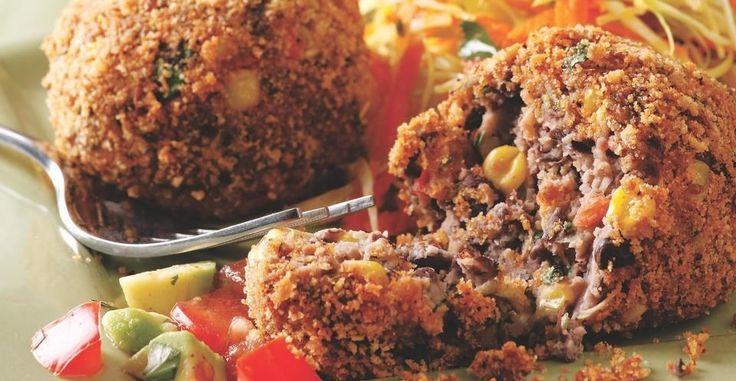 Le crocchette di fagioli sono delle croccanti e saporite preparazioni ricche di proteine che si possono servire come antipasto oppure come secondo piatto, accompagnandole con un contorno di verdure e una gustosa salsa al pomodoro. Per preparare delle crocchette di fagioli per 4 persone occorrono: - 500g di fagioli - 200g di mais - 200g di pomodori - 2 scalogni - 50g di pangrattato - olio extravergine di oliva - cumino - coriandolo Innanzitutto, bisogna far reidratare e lessare i fagioli, se…