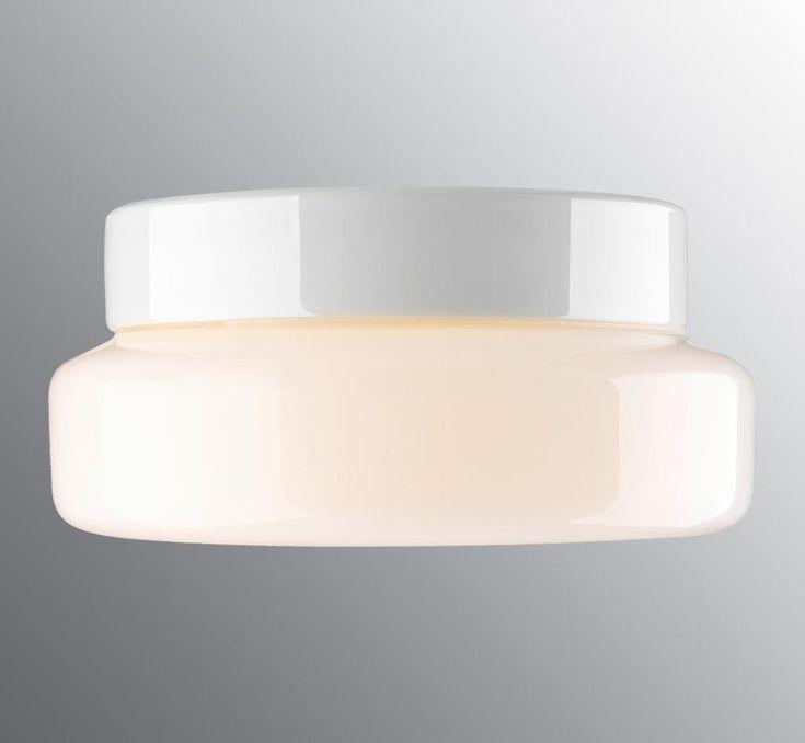 En snygg och modern LED-lampa till badrummet som kan monteras både i taket och på väggen. Armaturen har keramisk sockel i färgerna vit, svart och grå, samt är utrustad med opalglas och dimmer. Går även ha utomhus.Integrerad LED-belysning.