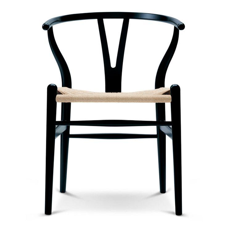 CH 24 Y-stolen designades av Hans J. Wegner 1949 och har tillverkats utan avbrott sedan 1950. Denna stol är en sann ikon bland stolar och hett eftertraktad bland samlare världen över. Den behagliga formen ger en hög bekvämlighet och god rörelseförmåga.Tillverkad av massivt trä med sits av vaxat papperssnöre.