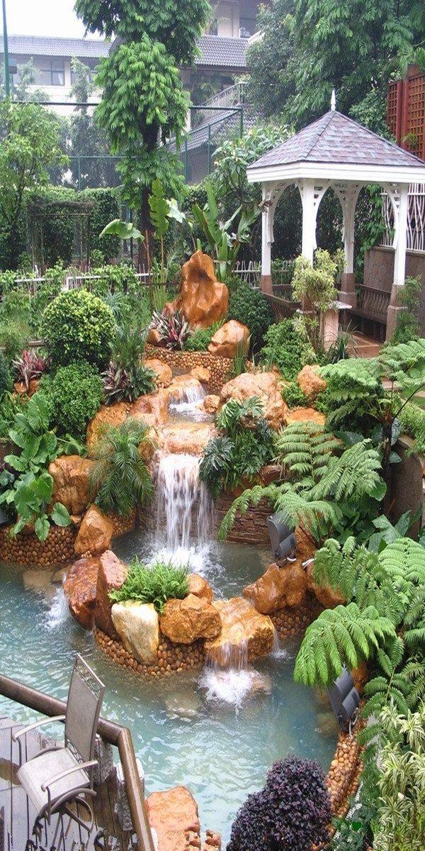 100 Gartengestaltung Bilder und inspiriеrende Ideen für Ihren Garten - wasserfall im garten steinendeko pflanzen