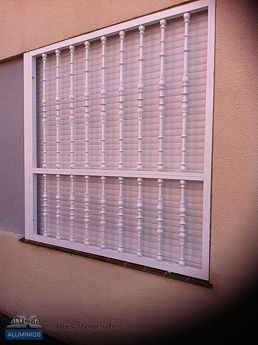 Rejas de aluminio lacado en blanco. Tenerife