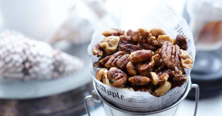 Dessa klibbiga chilinötter är ett uppiggande snacks till alla typer av drinkar. Servera dem gärna i en kombination med vanliga salta jordnötter, popcorn och oliver. /Leila