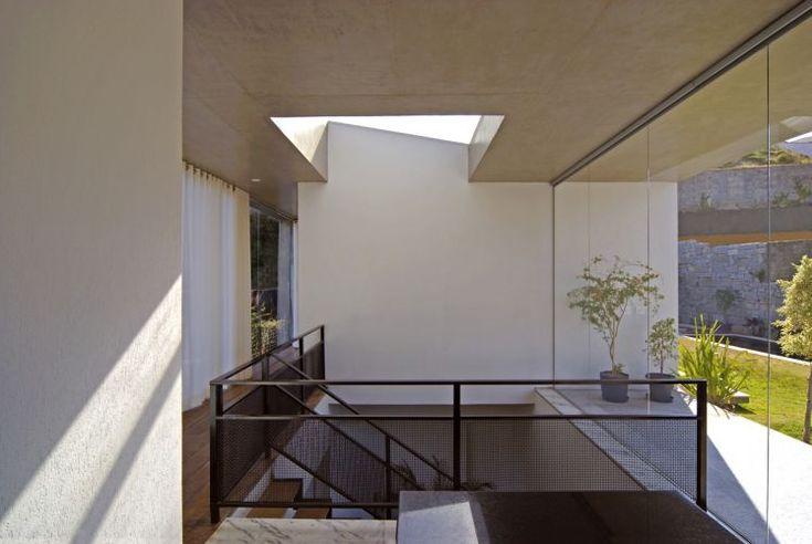 Para o vão da escada em uma residência, o arquiteto Humberto Hermeto desenhou guarda-corpo metálico, com fechamento de tela
