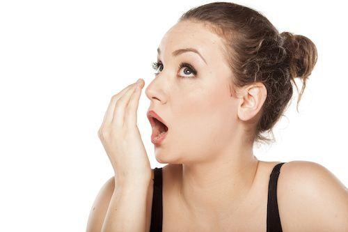 Souvent, on a mauvaise haleine à cause d'un repas mal digéré, de problèmes dentaires, d'une consommation d'alcool ou de tabac. Heureusement qu'il existe des remèdes de grand-mères pour lutter contre ce problème. Découvrez toutes les solutions de grand-mères, des herbes magiques et autres méthodes naturelles pour venir à bout de l'halitose.