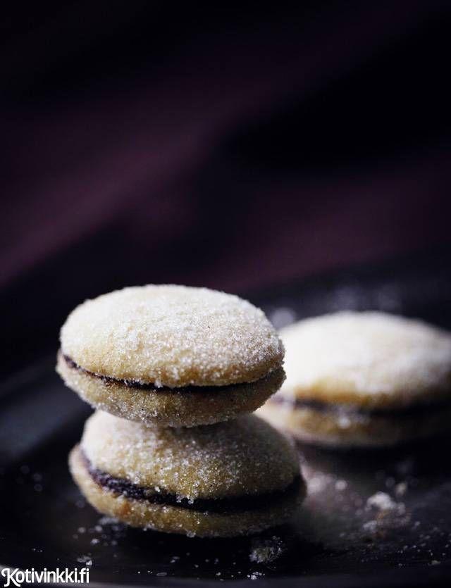 Lusikkaleivät täytetään yleensä vadelmahillolla. Tässä reseptissä niiden taikinaan lisätään piparkakkumaustetta ja valmiiden pikkuleipien väliin luumumarmeladia. Cookie filled with plum marmalade. Kuva/pic Riikka Kantinkoski #christmascookies
