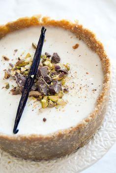 Una cheesecake (senza cottura) dai mille sapori, tutti in onore della Sicilia: mandorle, pistacchi, agrumi, cioccolato e ricotta. Una fresca squisitezza!
