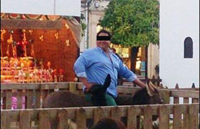 El hombre, de unos 150 kilos según la denuncia, se saltó la valla y se subió al burro