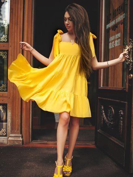 Платье желтое - Miss Queen - Платье расклешенного силуэта длиной до колена, выполненное из легкого штапеля. Изделие с вырезом-каре и широкими завязывающимися бретелями, украшенное оборками.
