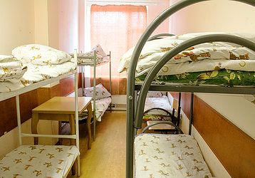 Комнаты рассчитаны на 4, 6, 8 и 10  человек. На этаже расположена  кухня  оборудованная  современной   техникой, 8   душевых   кабинок,   санузлы.  В    каждой  комнате  имеется вся  необходимая  мебель для   проживания. На каждом  этаже стоят    стиральные     машины.    В    помещениях    регулярно производится   уборка   и   еженедельная  смена  постельного белья.