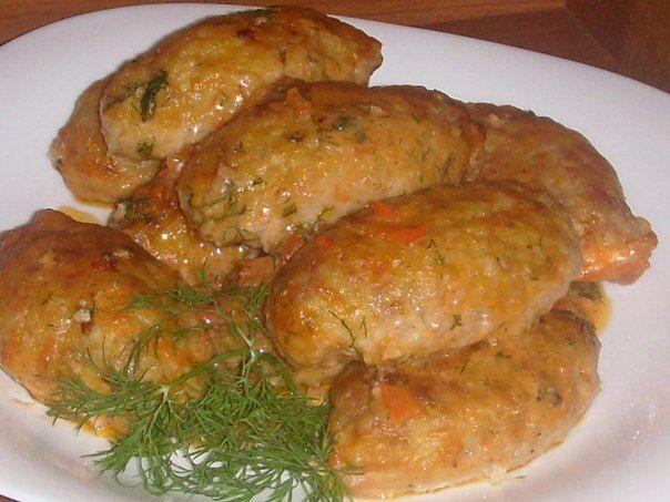 Lenivé kapustové holúbky 250 g mletého bravčového alebo kuracieho mäsa 250 g kapusty nasekanej najemno ½ šálky varenej ryže 1 cibuľu 1 mrkvu 3 strúčiky cesnaku 1 vajce Voliteľné (1 lyžicu naselkaného kôpru alebo petržlenovoej vňate) Soľ a korenie podľa chuti Hladkú múku na obaľovanie Omáčka: 1 lyžicu paradajkového pretlaku 2 lyžice kyslej smotany 1 šálku vody Soľ a korenie podľa chuti