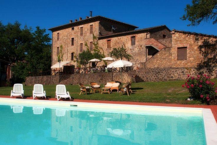 Deze prachtige 17e eeuwse stenen villa is ideaal gelegen bij de ingang van een kleine burcht, in een mooi en onaangeroerd deel van Toscane.