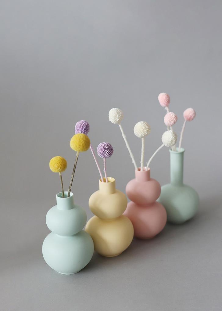 Pastel Room Decor, Pastel Bedroom, Colored Vases, Clay Vase, White Vases, How To Preserve Flowers, Flower Vases, Flower Arrangement, Diy Arts And Crafts