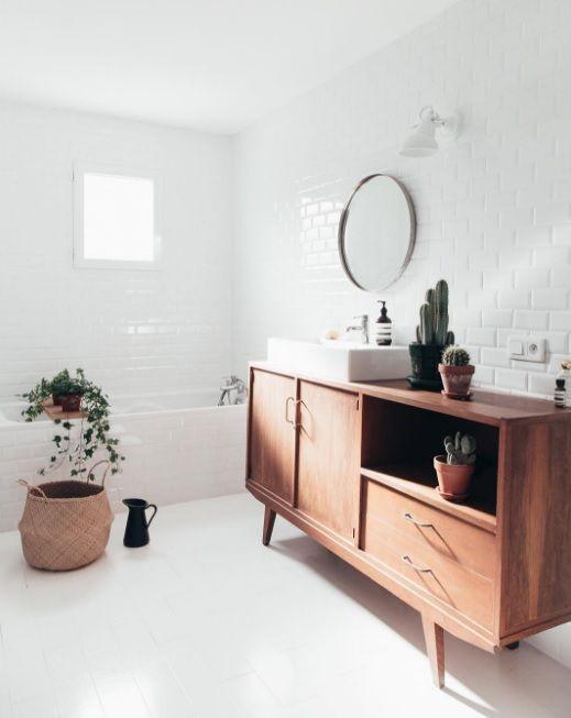 De badkamer is dé plek die vaak rommelig oogt. Badkamerkasten zijn dan ook essentieel. Kies voor een open of dichte kast en je kunt weer ultiem ontspannen