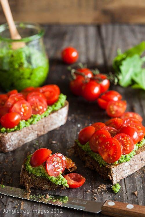 Bruschetta ai pomodorini e basilico.