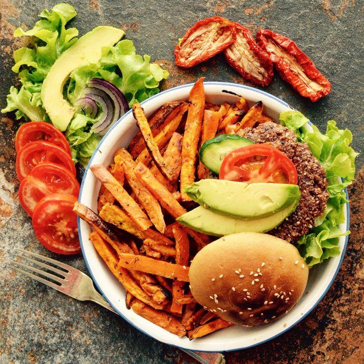 Detta är en av våra favoriter! 😊 Bönburgare med sötpotatisfries. Receptet finns i meny 12.  www.allaater.se