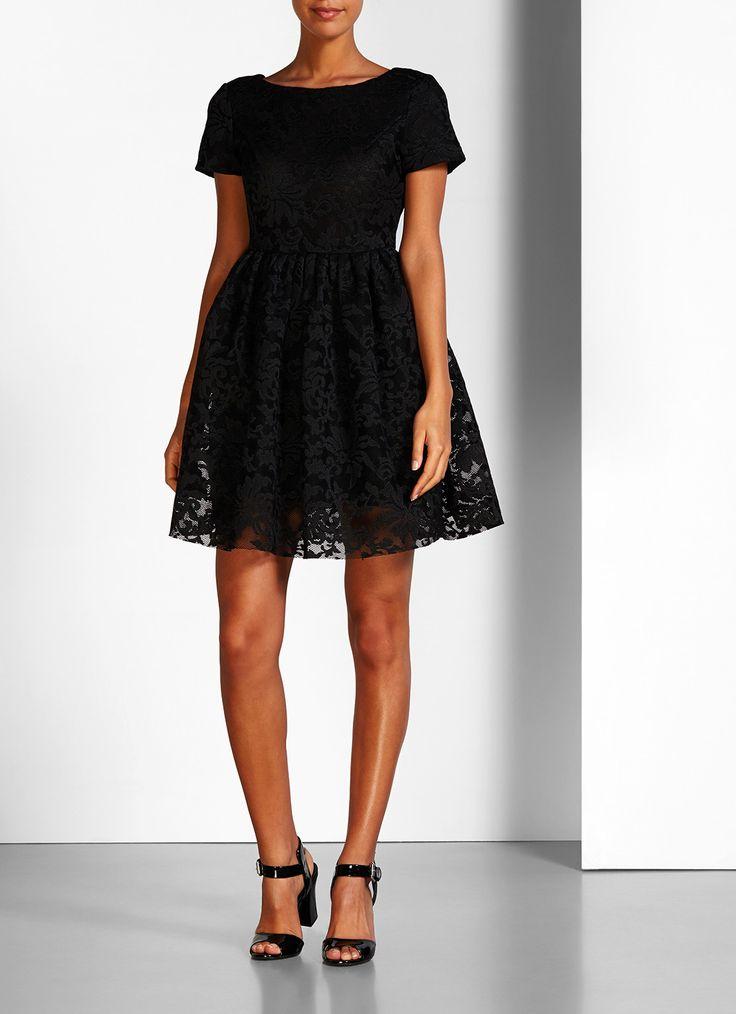 A-lijn jurk Rimia van het Franse merk Maje is vervaardigd uit kant, een veelvuldig gebruikt materiaal in de collecties van Maje. De achterzijde is uitgevoerd met een V-uitsnede en een zilverkleurige ritssluiting. Verder is de zwarte jurk voorzien van een zachte jerseyvoering, heeft korte mouwen en een geplooide rok met steekzakken.