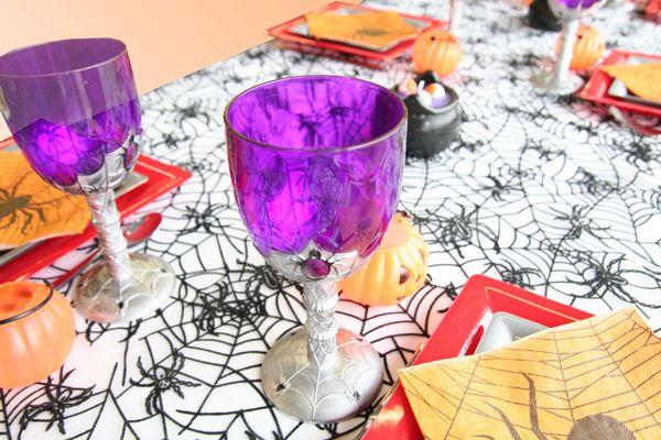 Ces verres, parfaitement assortis à cette table Halloween, sont également décorés de toiles d'araignée ! Attention, ils renseignent comme deux gouttes d'eau aux verres de Dracula... qui sont remplis de sang !