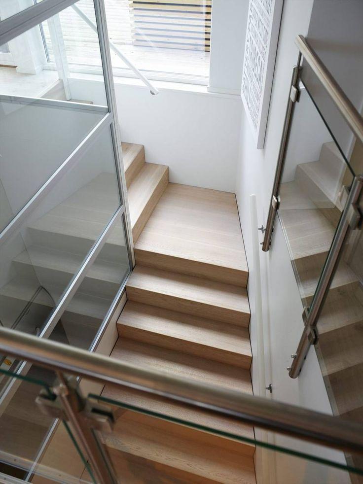 SLUSER INN LYS: Trappen i eik er fra sørlandsbedriften L-trapo. Glassrekkverket opprettholder det åpne og lyse inntrykket som preger dette hjemmet.