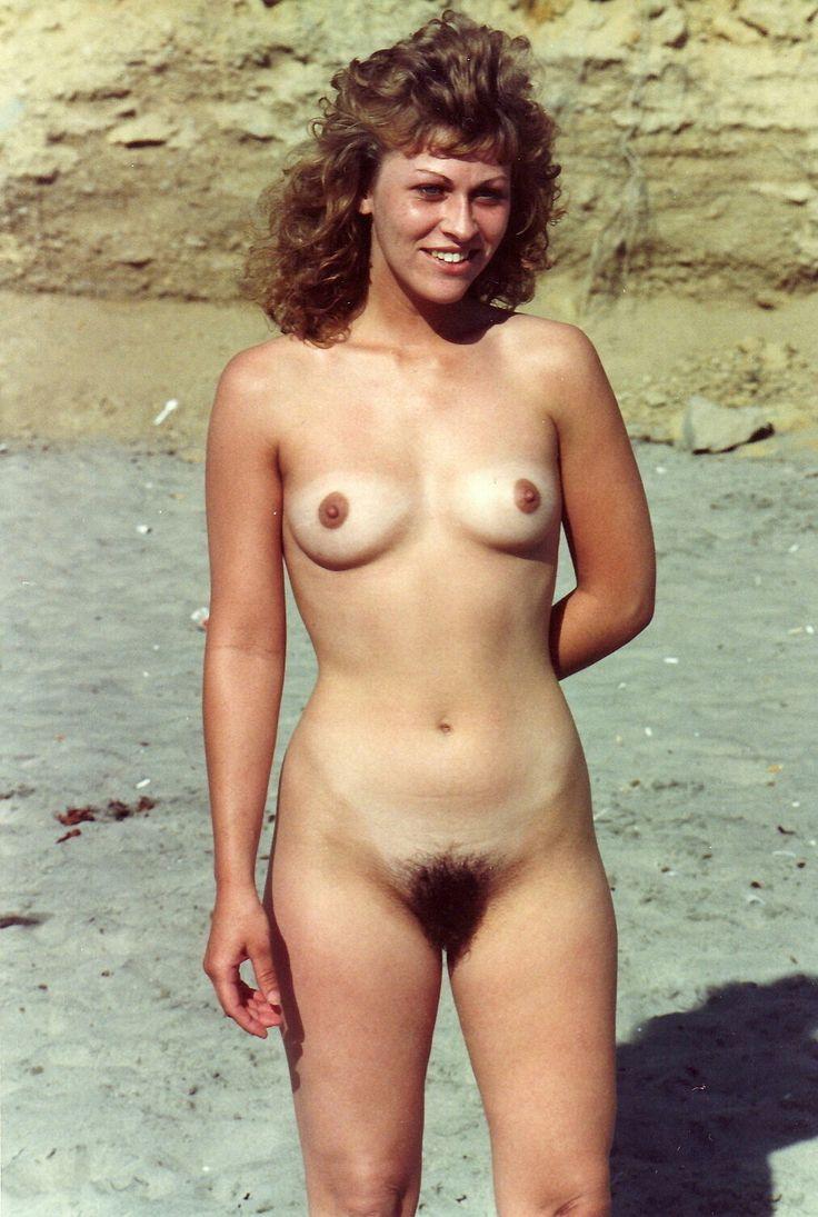 ретро голые девушки на пляже мужчина занимаются